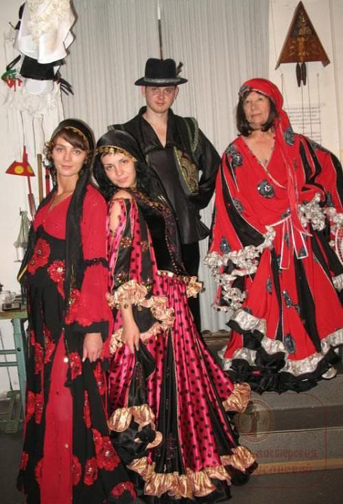 sochetanie-krasnogo-tsveta-v-odezhde-7